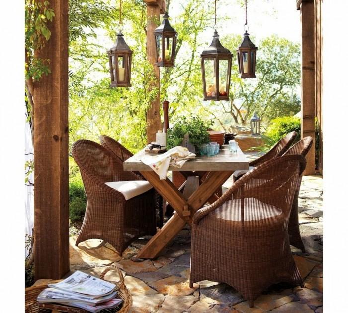 Iluminacion con farolillos de forja en jardines rusticos