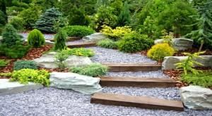caminos de piedras y madera en jardines rusticos