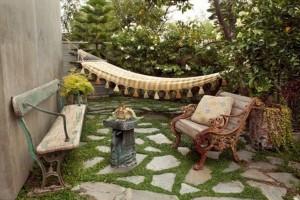 muebles envejecidos en jardines rusticos