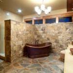Baños rusticos con paredes de piedra